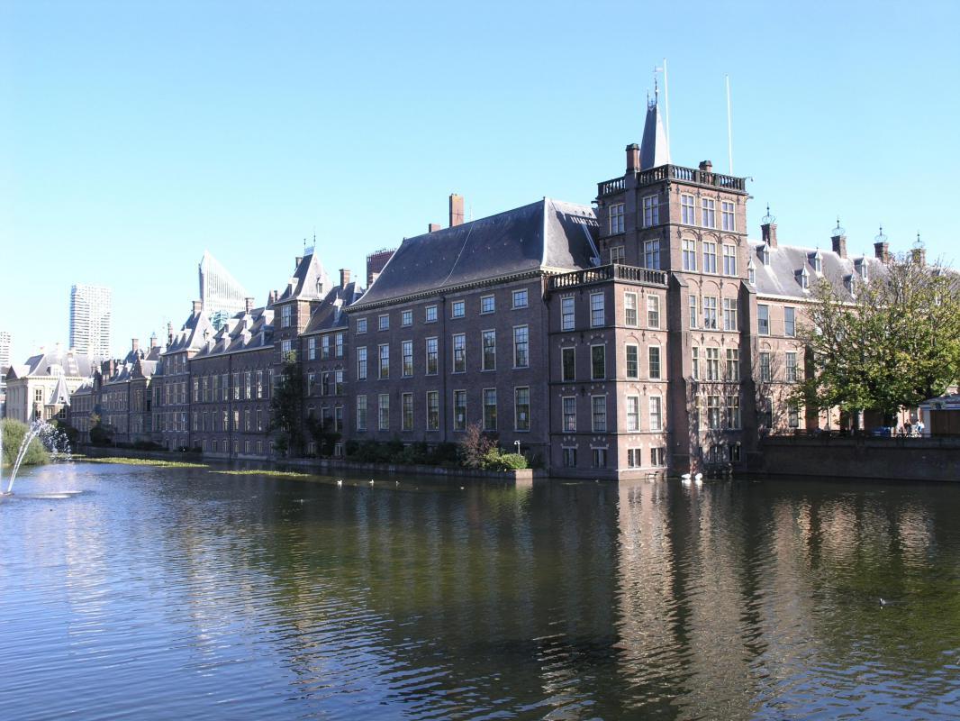 De Hofvijver met het Binnenhof in Den Haag
