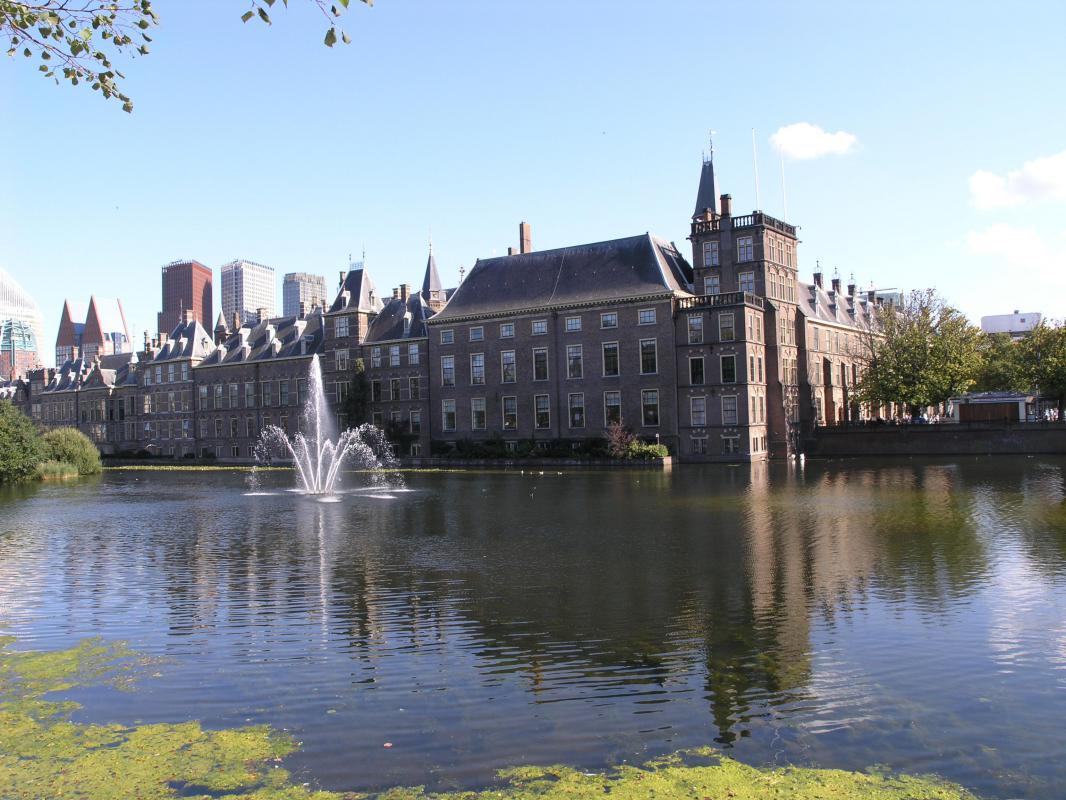 De hofvijver en het Binnenhof in Den Haag